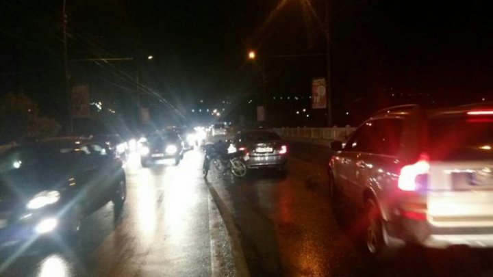 ACCIDENTE VIOLENTE în Capitală. Un motociclist a lovit două maşini de lux în centrul oraşului