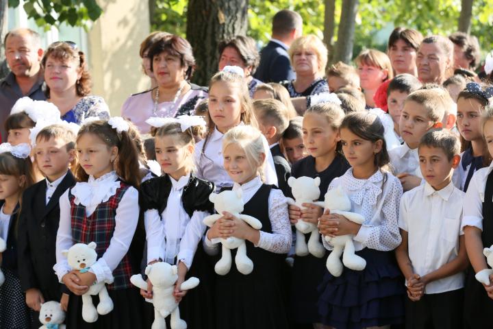 Elevii s-au întors la şcoală! Unii au făcut parada modei şi au chefuit în localuri de lux (FOTO)