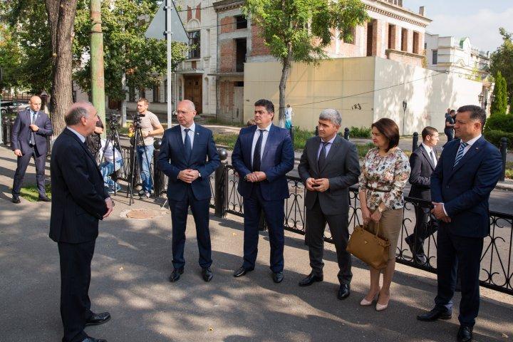 9/11. Pavel Filip împreună cu echipa de miniştri au depus flori la ambasada SUA