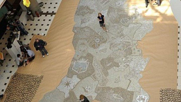 Un moldovean a ajuns în Cartea Recordurilor Guiness cu o hartă realizată din peste 160.000 de monede