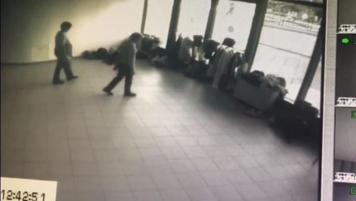 La un spectacol de ziua pensionarului, copiii care cântau pe scenă au fost furaţi chiar de… pensionari (VIDEO)