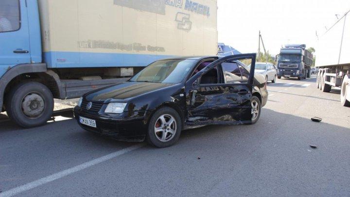 Accident rutier la Cimişlia. Un TIR a ieşit la depăşire într-un loc INTERZIS şi a lovit o maşină (VIDEO)