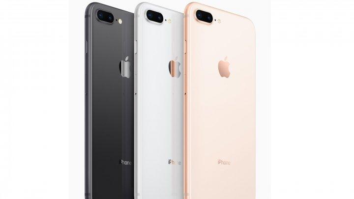 Noile iPhone, se vând ca pâinea caldă. Mii de fani Apple, la cozi pentru a cumpăra telefonul