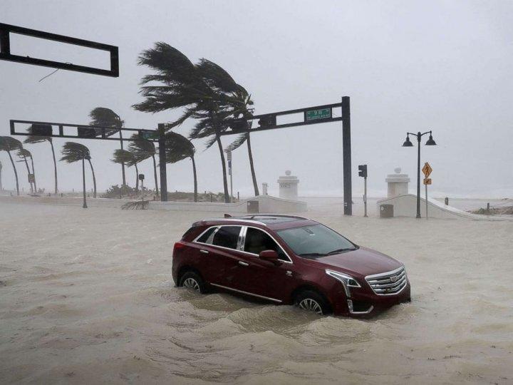 PUBLIKA WORLD: Uraganul Irma continuă să producă stricăciuni în Statele Unite. Nivelul apei pe străzi a trecut de un metru