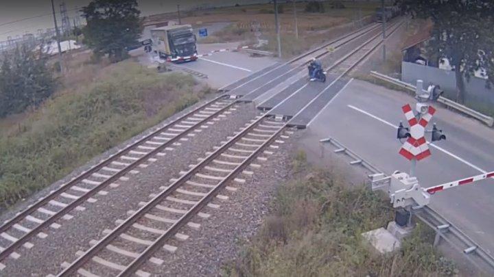 Un motociclist a fost amendat cu aproape 1.000 de euro după ce a  trecut în viteză prin faţa unui tren