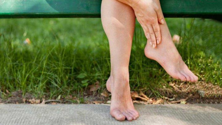 Ai picioarele umflate? Iată unul dintre cele mai bune remedii. Te va scăpa imediat de această afecţiune