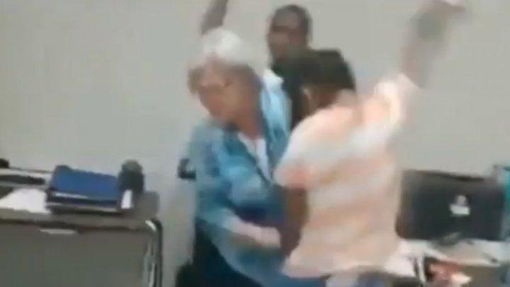 Caz șocant. Două eleve americane au lovit şi îmbrâncit o profesoară (VIDEO)