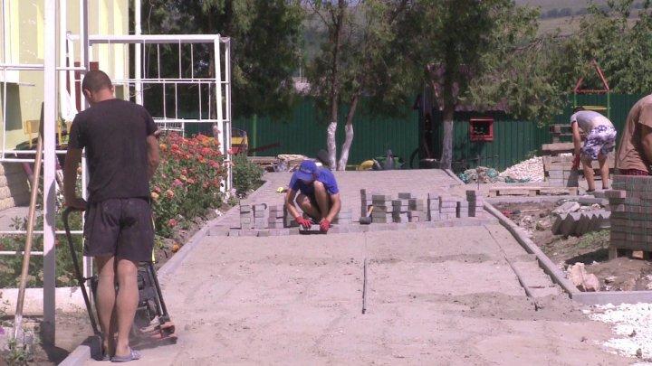 Schimbări în bine la Țânțăreni. Drumuri reparate, străzi iluminate şi condiţii mai bune pentru copiii care merg la grădiniţă