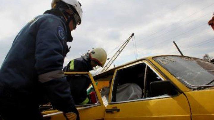 Un om a murit iar alţii doi au fost transportaţi de urgenşă la spital în urma accidentelor produse ieri din cauza vremii