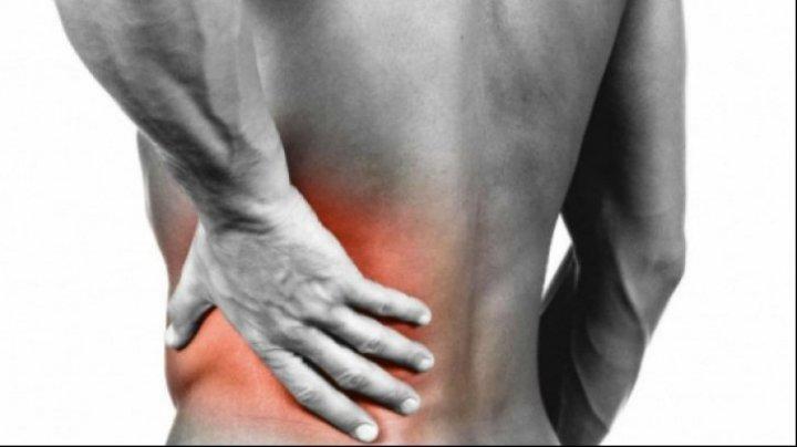 Te doare în spate şi nu ştii cauza? Iată cum poti face diferenţa între durerea de rinichi şi durerea de coloană