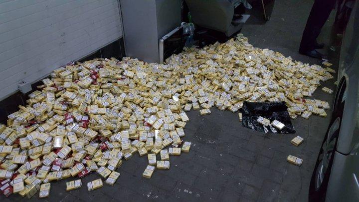 Ghinion pentru un moldovean. A vrut să treacă vama cu 100.000 de ţigări ascunse în podeaua microbuzului