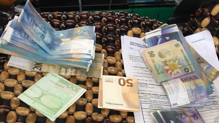 GHINION. Doi moldoveni au rămas fără bani la frontieră. Care este cauza