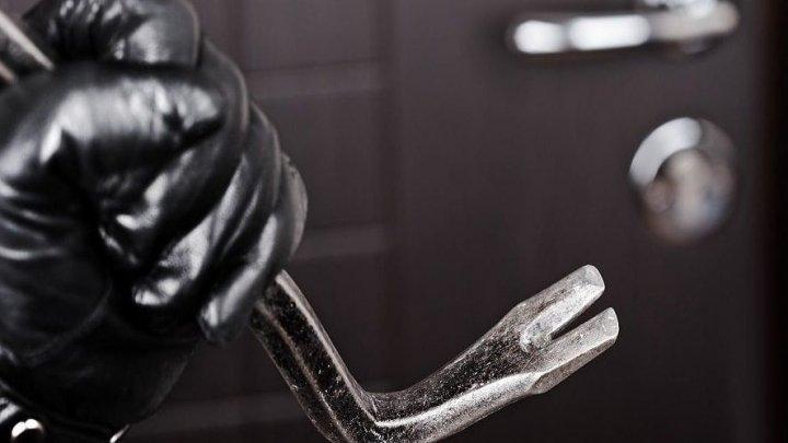 MOMENTE DE COŞMAR pentru o femeie din Criuleni. Patru indivizi cu cagule pe cap au bătut-o şi i-au furat banii din casă