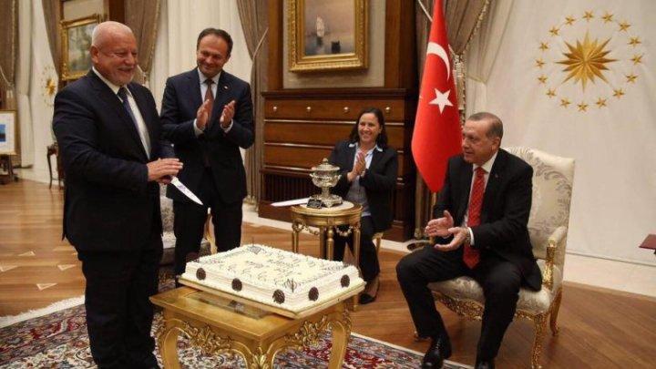 Surpriză de ziua de naştere a lui Nae-Simion Pleşca. Deputatul a primit în dar un tort de la preşedintele Turciei, Recep Erdogan