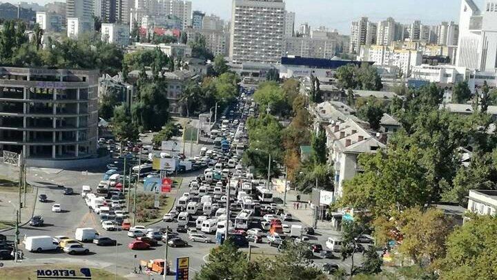 Ambuteiaje INFERNALE. Traficul pe o arteră importantă din Capitală BLOCAT din cauza lucrărilor de reparaţie (FOTO)