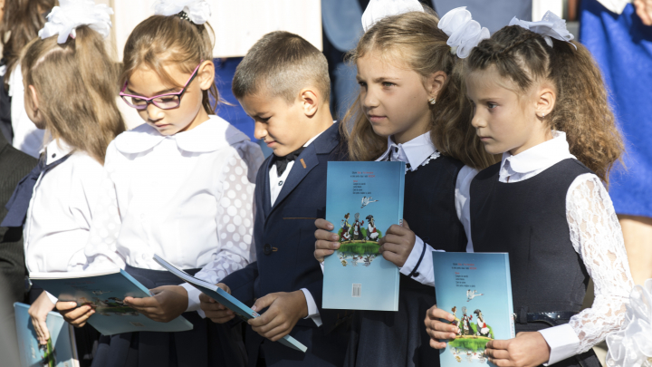 Liderul PDM a vizitat şcoala pe care a absolvit-o. Cum era elevul Vlad Plahotniuc şi ce le-a spus tinerilor (FOTO)