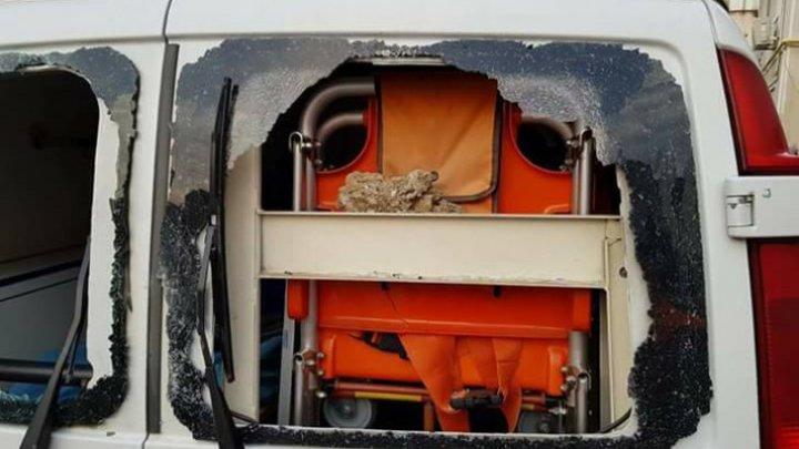 Un echipaj de ambulanță atacat cu bolovani chiar de pacientul la care au fost chemați (FOTO)