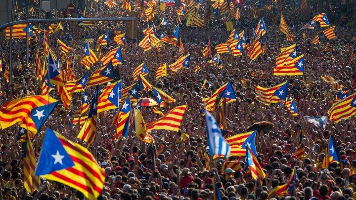 Catalonia cere detensionarea crizei şi amână declararea independenței. Negocieri cu Madridul