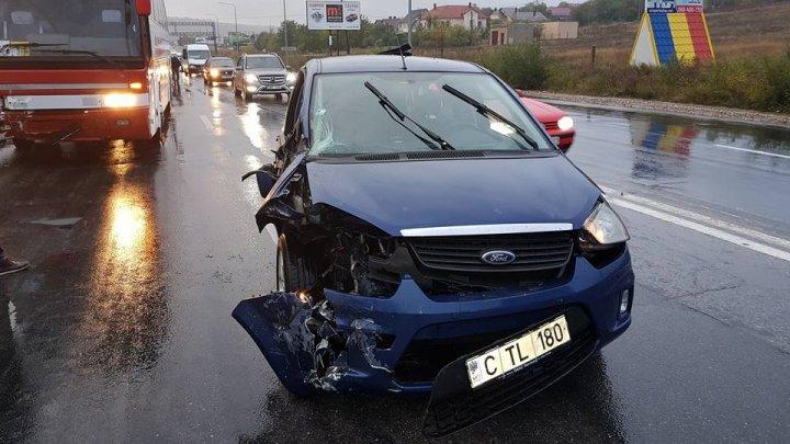 Accident GRAV la Sângera. O maşină s-a făcut zob după ce a intrat într-un TIR (FOTO)