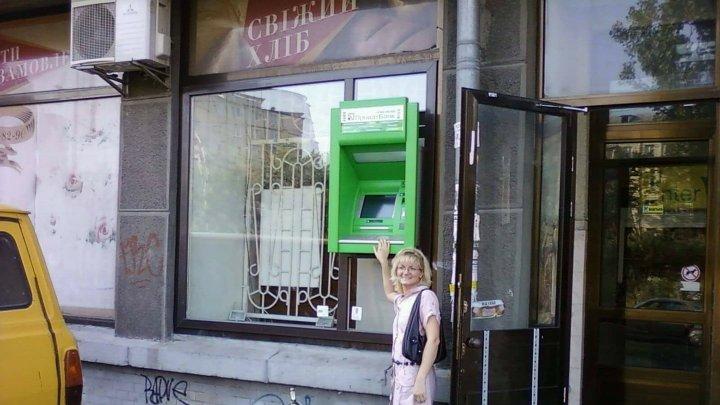 În genunchi în fața bancomatului. Ce trebuie să facă oamenii din Ucraina ca să scoată bani (FOTO)