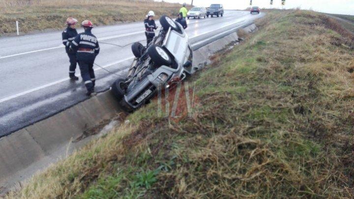 O familie de moldoveni a ajuns la spital după ce maşina în care se aflau s-a răstunat într-un şanţ la Huşi (FOTO)