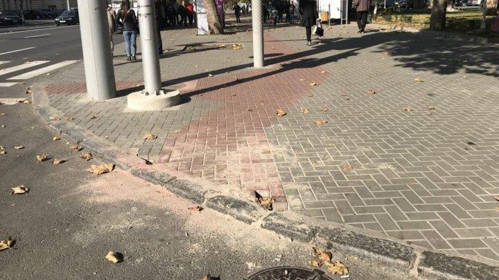 Nici nu au pus bine pavajul pe Ștefan cel Mare, că s-au apucat de reparat. Le-au rămas chiar şi pietre în plus (FOTO)