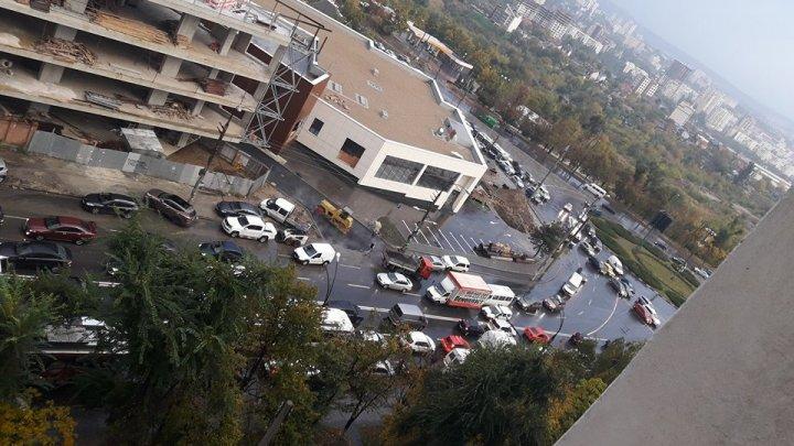 HAOS pe străzile Capitalei! În mai multe sectoare s-au format ambuteiaje infernale (FOTO)