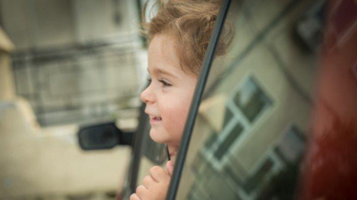 SFÂRŞIT TRAGIC pentru un minor. Și-a prins gâtul în geamul unei mașini