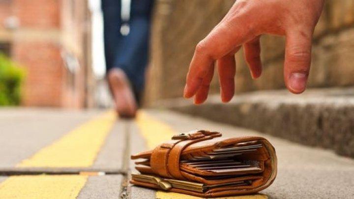 A găsit un portmoneu pe stradă, iar când s-a uitat în el ERA PLIN CU BANI. Ce a făcut tânărul cu el este UIMITOR