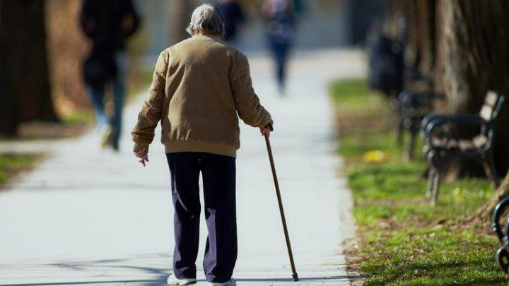 Dragostea nu are vârstă! GESTUL EMOŢIONANT pe care un bătrân îl face zilnic pentru soția lui bolnavă
