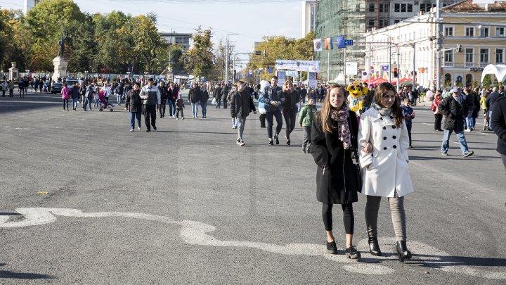 Chişinăul în straie de sărbătoare de hram! Dimineaţă, oficialii au depus flori la monumentul lui Ștefan cel Mare și Sfânt