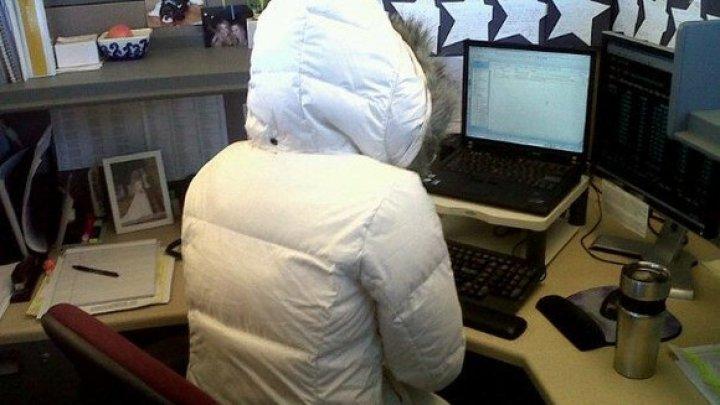 Îţi este frig la birou? Trucuri care te ajută să te încălzeşti în sezonul rece