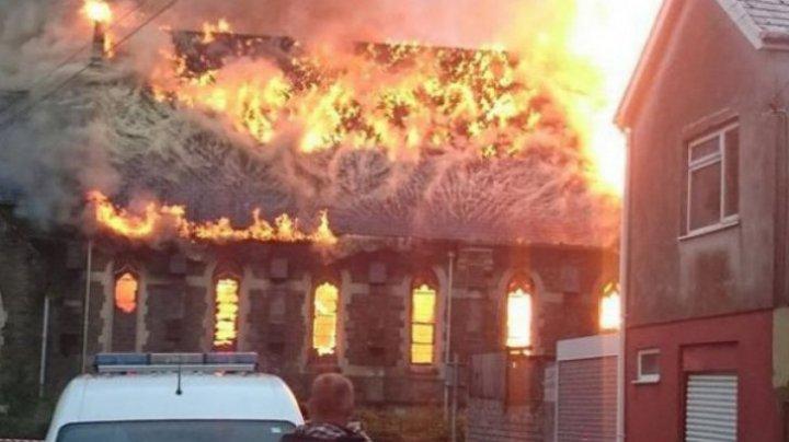 FOTOGRAFII TERIFIANTE. Ce au văzut internauții în flăcările care au cuprins o biserica (FOTO)