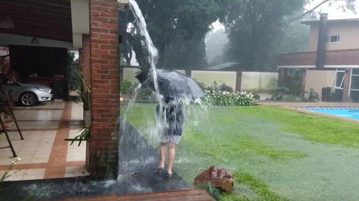 Își filma copilul în timp ce se bălăcea în ploaie însă s-a întâmplat ceva ÎNFIORĂTOR (VIDEO)