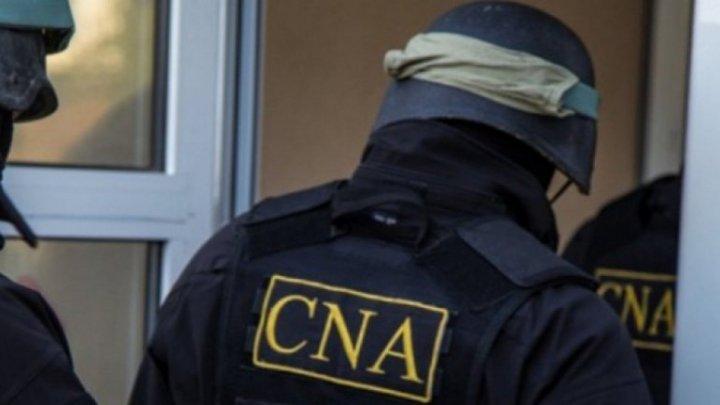 Un poliţist a încercat să dea foc mitei în timp ce ofiţerii CNA băteau în uşa biroului