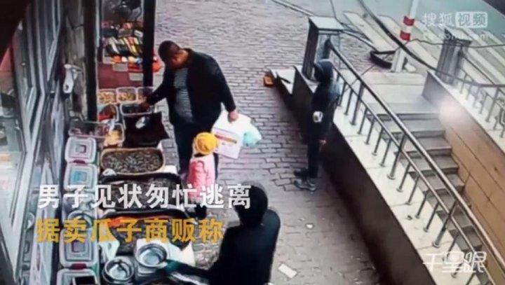 Imagini şocante care a cutremurat internetul. Hoţul a încercat să smulgă un copilul din brațele tatălui (FOTO)