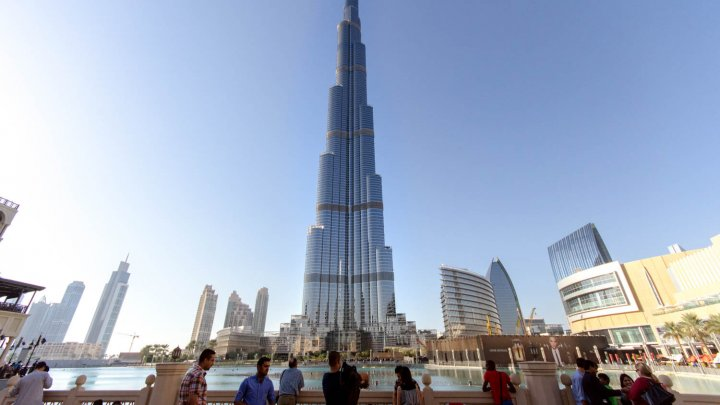 IMAGINI CARE ÎŢI TAIE RESPIRAŢIA! Cât este de periculoasă este munca alpiniștilor utilitari care spală geamurile pe cele mai înalte clădiri din lume