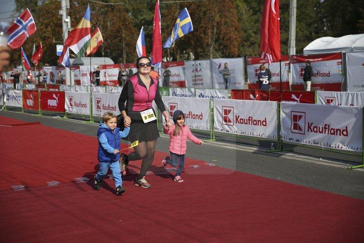 FOTOREPORT: Aproximativ 17 mii de oameni au participat la cea de-a treia ediţie a maratonului din Chişinău