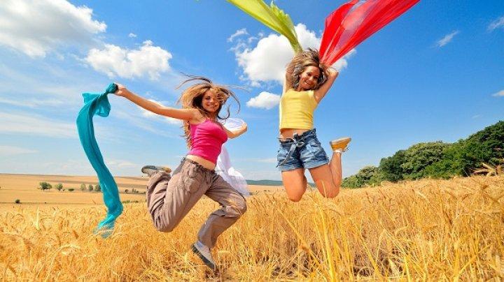 MOTIVUL INCREDIBIL pentru care ar trebui să ne înconjurăm de oameni veseli
