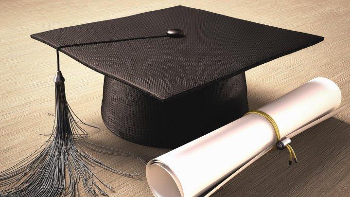 Tot mai mulți tineri fac facultate doar pentru DIPLOMĂ, iar companiile nu găsesc oameni calificați