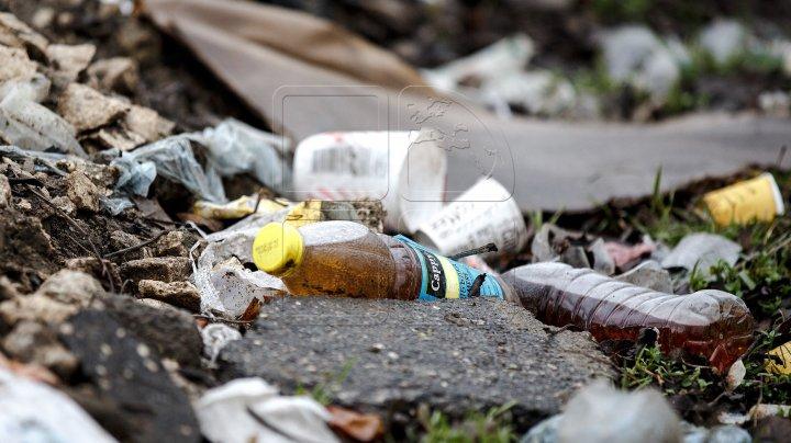 După dansuri și voie bună de hramul Capitalei, petrecăreţii au lăsat mormene de gunoi în PMAN