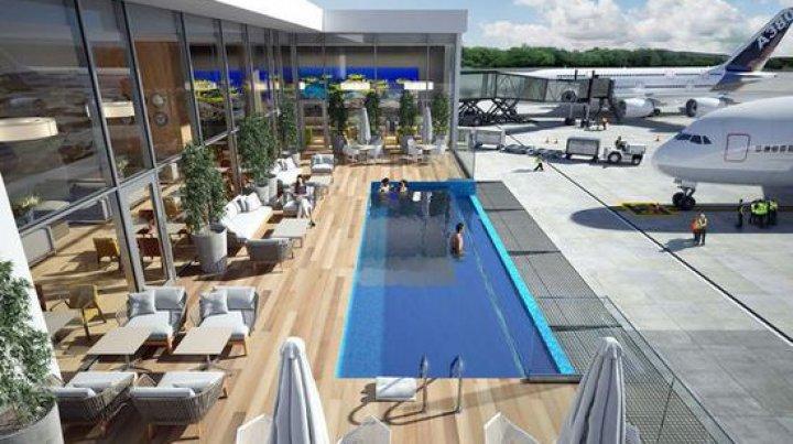 Oferta inedită a unui aeroport: Pasagerii se pot bucura de o baie în piscină în timp ce aşteaptă îmbarcarea