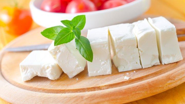 ATENȚIE CONSUMATORI! Testul de brânză care ne ajută să deosebim brânza adevărată de cea contrafăcută