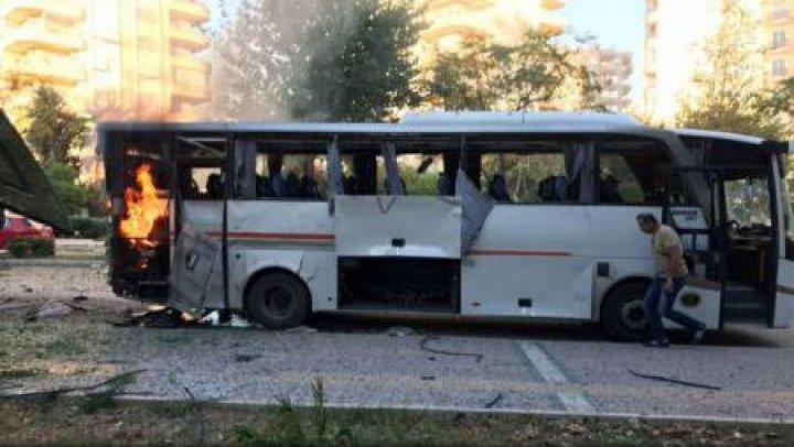12 oameni au fost răniţi după ce o bombă a explodat în momentul când trecea un vehicul de poliție