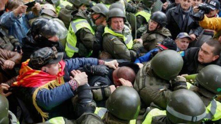 La Kiev au izbucnit confruntări între protestatari și poliție, care a recurs la gaze lacrimogene pentru a dispersa mulțimea