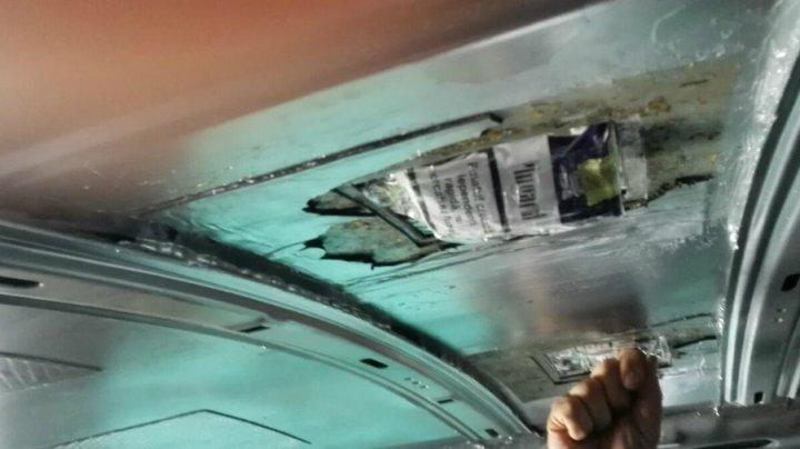 10.000 de tigări de contrabandă ascunse în plafonul unei maşini, depistate în Vama Sculeni