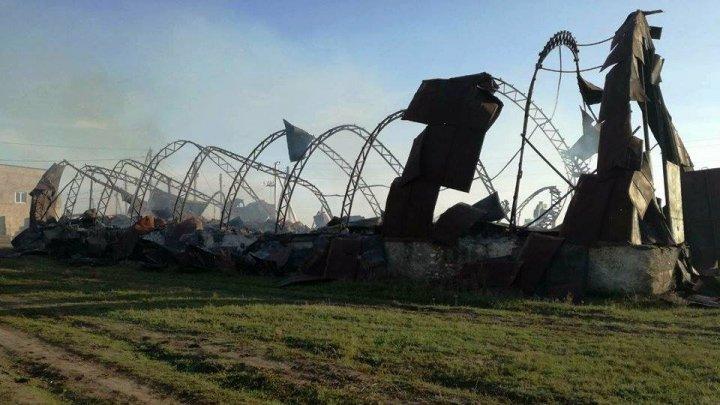 Un depozit de paie de la periferia oraşului Ştefan Vodă a ars în totalitate noaptea trecută (FOTO)