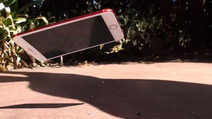 Test de rezistenţă: Ce se întâmplă când scapi pe asfalt un iPhone 8 Plus şi un iPhone 7 Plus (VIDEO)