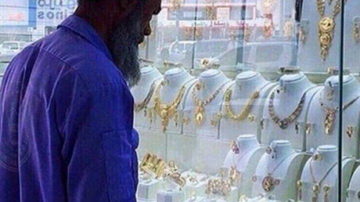 Au râs de un gunoier care se uita la bijuterii, și-au bătut joc de el și au postat imagini pe net. Ce s-a întâmplat după câteva ore