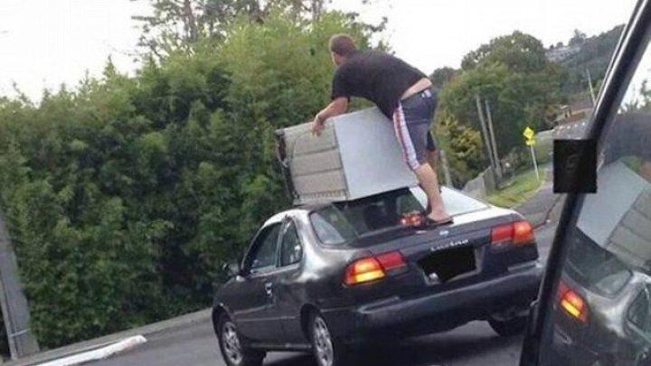 MORI DE RÂS! Cele mai bizare lucruri pe care poţi să le vezi când eşti la volan (FOTO)